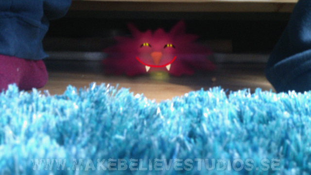 Monster under soffan